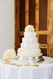 Hochzeitstorte und Blumenstrauß Stockbilder