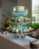 Hochzeitstorte-und des kleinen Kuchens Anzeige Stockfotografie
