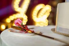 Hochzeitstorte und Gabeln Stockfotos