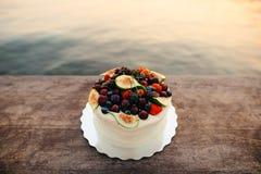 Hochzeitstorte von Feigen, von Kirschen und von Beeren mit einer weißen Creme O Stockfotografie