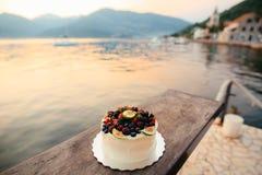 Hochzeitstorte von Feigen, von Kirschen und von Beeren mit einer weißen Creme O Lizenzfreies Stockfoto