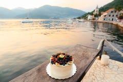 Hochzeitstorte von Feigen, von Kirschen und von Beeren mit einer weißen Creme O Lizenzfreie Stockfotografie