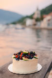 Hochzeitstorte von Feigen, von Kirschen und von Beeren mit einer weißen Creme O Stockfotos