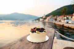 Hochzeitstorte von Feigen, von Kirschen und von Beeren mit einer weißen Creme O Stockbilder