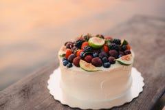 Hochzeitstorte von Feigen, von Kirschen und von Beeren mit einer weißen Creme O Lizenzfreies Stockbild