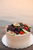 Hochzeitstorte von Feigen, von Kirschen und von Beeren mit einer weißen Creme O Stockbild