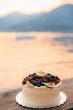 Hochzeitstorte von Feigen, von Kirschen und von Beeren mit einer weißen Creme O Stockfoto