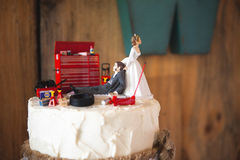 Hochzeitstortedeckel des weißen reaktionären Hinterwäldlers mit Mechanikerbräutigam Lizenzfreie Stockbilder