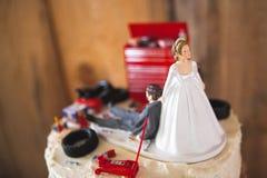 Hochzeitstortedeckel des weißen reaktionären Hinterwäldlers mit Mechanikerbräutigam Lizenzfreie Stockfotos