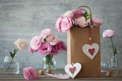 Hochzeitsweinlesehintergrund mit rosa Blumen und Herzen Stockbild