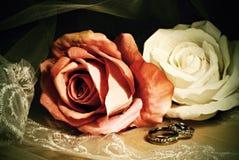 Hochzeitsweinlesestillleben mit Rosen Lizenzfreies Stockbild