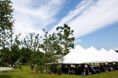 Hochzeitszelt und blauer Himmel Lizenzfreie Stockfotos