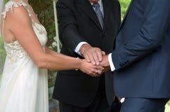 Hochzeitszeremonie - Austausch von Ehegelübden lizenzfreies stockbild