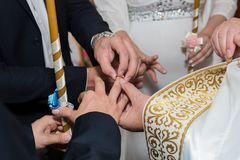 Hochzeitszeremonie in der Kirche lizenzfreie stockfotografie