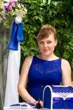 Hochzeitszeremonie, der Standesbeamte in einem blauen Kleid Lizenzfreies Stockbild