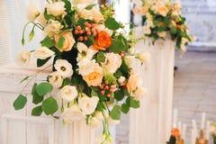 Hochzeitszeremonie draußen Hochzeitszeremoniedekoration, schöner Heiratsdekor lizenzfreie stockfotos