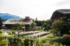Hochzeitszeremonie im Freien mit Bergen und Gebäuden im Hintergrund Lizenzfreies Stockfoto