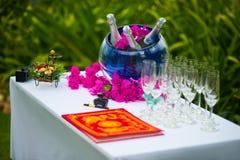 Hochzeitszeremonie, Tabelle mit Ringen Details von Hochzeitsdekorationen stockbilder