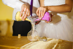 Hochzeitszeremonie von mischenden Sanden in der neuen Familie lizenzfreie stockfotografie
