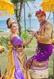 Hochzeitszeremonie von reifen Paaren kleidete im Balinesekostüm an Lizenzfreie Stockfotografie