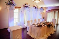 Hochzeitszeremoniehalle bereit zu den Paaren und zu den Gästen stockbild