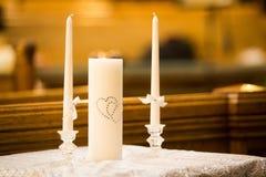 Hochzeitszeremoniekerzen in der Kirche lizenzfreie stockfotos