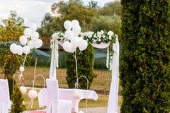 Hochzeitszeremonieplatz an den Hafenstühlen verziert mit Blumen Lizenzfreie Stockfotografie