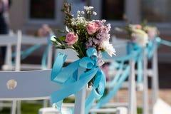 Hochzeitszeremoniestühle und ein Blumenstrauß von Rosen Lizenzfreie Stockfotos