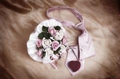 Hochzeitszubehör auf Drapierung Stockfotografie