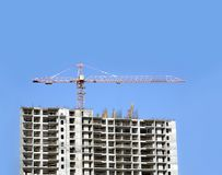 Hochziehen des Turmkrans und der Spitze des Baugebäudes Lizenzfreie Stockfotos