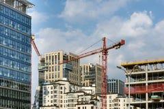Hochziehen von Kränen und Errichten von neuen Wohnungen Lizenzfreies Stockfoto