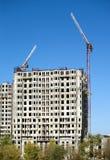 Hochziehen von Turmkranen und von Spitze von Baugebäuden Stockbilder