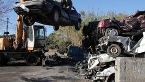 Hochziehen von zertrümmerten Autos stock video