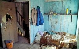 Hocke in einem abandonned Haus Lizenzfreies Stockfoto