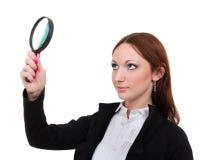 Hocked kvinna som söker finna ledtrådar med förstoringsglaset som isoleras på vit royaltyfri foto