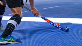 Hockey d'intérieur Bâton de hockey et action de joueur de hockey image stock