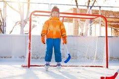 Hockey del gioco del ragazzino che sta in portoni Immagine Stock Libera da Diritti