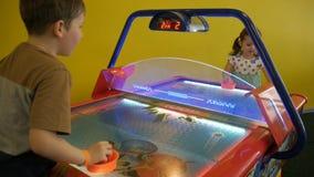 Hockey dell'aria del gioco di bambini video d archivio