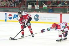 Hockey en el hielo de Piganovich Oleg y de Igor Gr Fotografía de archivo