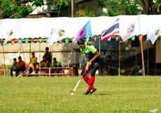 hockey extérieur Joueur de hockey dans l'action pendant les jeux nationaux de la Thaïlande image libre de droits