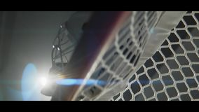 Hockey goalie masker op poort op het donkere schot van de stadion lage hoek stock footage