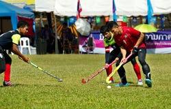 Hockey im Freien Hockeyspieler in der Aktion während der nationalen Spiele Thailands stockbild
