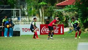 Hockey im Freien Hockeyspieler in der Aktion während der nationalen Spiele Thailands lizenzfreie stockfotos