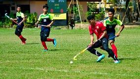 Hockey im Freien Hockeyspieler in der Aktion während der nationalen Spiele Thailands lizenzfreies stockfoto