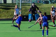 Hockey-Mädchen-Schuss-Ziele Stockfotografie