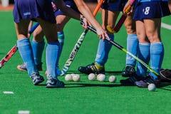 Hockey-Mädchen-Stock-Bälle Astro-Rasen-Farben Stockbild