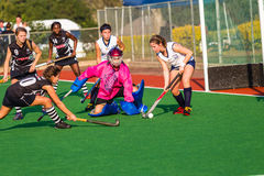 Hockey-Mädchen-Tormann-Verteidigungsaktion Stockfotos