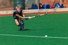 Hockey-Mädchen-Nahaufnahme-Verteidiger-Bemühungs-Ausdruck-Fokus Stockfotografie