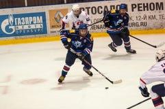 Hockey met de puck, Royalty-vrije Stock Foto's