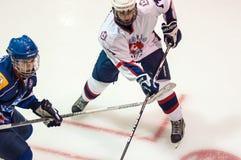 Hockey met de puck Stock Foto's